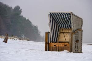 Ein Strandkorb an der Ostseeküste im Winter.